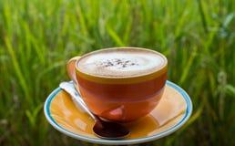 Tasse Kaffee auf hölzerner Terrasse mit grünem Reisfeld Lizenzfreie Stockfotos