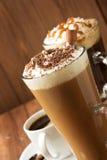 Tasse Kaffee auf Holz lizenzfreie stockfotografie