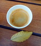 Tasse Kaffee auf Holztisch lizenzfreies stockfoto