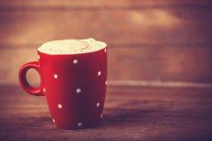Tasse Kaffee auf Holztisch. Lizenzfreies Stockbild
