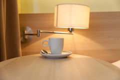 Tasse Kaffee auf Holztisch Lizenzfreie Stockfotografie