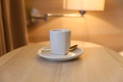 Tasse Kaffee auf Holztisch im Hotel Lizenzfreie Stockbilder