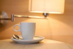 Tasse Kaffee auf Holztisch im Hotel Stockfoto