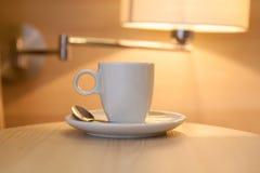 Tasse Kaffee auf Holztisch im Hotel Stockbild