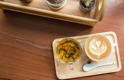 Tasse Kaffee auf Holztisch mit Tasse Tee Lizenzfreies Stockbild