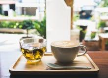 Tasse Kaffee auf Holztisch mit Tasse Tee Stockbild