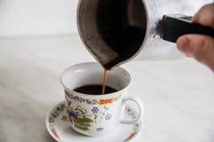 Tasse Kaffee auf Holztisch turke Stockfotos