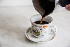 Tasse Kaffee auf Holztisch turke Lizenzfreie Stockbilder