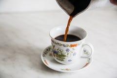 Tasse Kaffee auf Holztisch turke Lizenzfreies Stockbild