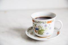 Tasse Kaffee auf Holztisch turke Lizenzfreie Stockfotografie