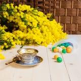 Tasse Kaffee auf Holztisch und Mimose Stockfotos