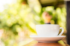 Tasse Kaffee auf Holztisch, Weichzeichnung Stockbilder