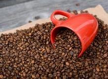 Tasse Kaffee auf Kaffeebohnehintergrund Stockbild
