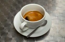 Tasse Kaffee auf Metalloberfläche lizenzfreie stockbilder