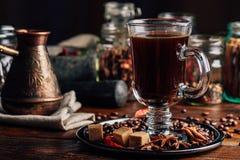 Tasse Kaffee auf Platte mit orientalischen Gewürzen Lizenzfreie Stockbilder