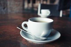Tasse Kaffee auf rustikaler Tabelle Stockfotografie