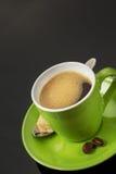Tasse Kaffee auf Schwarzem lizenzfreie stockfotografie