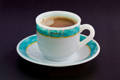 Tasse Kaffee auf schwarzer Tabelle Stockbild