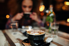 Tasse Kaffee auf Tabelle am Café Stockbild