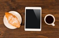 Tasse Kaffee auf Tabelle im Café mit Tablette Beschneidungspfad eingeschlossen Stockbild