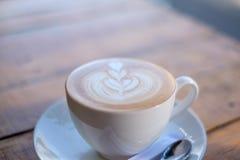 Tasse Kaffee auf Tabelle im Kaffeestubecafé Stockfoto