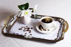 Tasse Kaffee auf vorzüglicher gestickter Serviette stockfotos