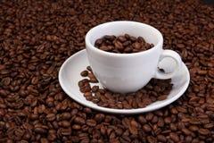 Tasse Kaffee-Bohnen stockbilder