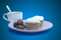 Tasse Kaffee, Bonbons und Kuchen auf der Platte Lizenzfreies Stockbild