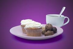Tasse Kaffee, Bonbons und Kuchen auf der Platte Lizenzfreies Stockfoto