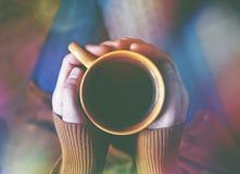 Tasse Kaffee in den Händen Stockfoto