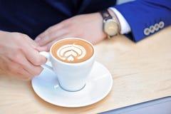 Tasse Kaffee, der auf Tabelle steht Lizenzfreie Stockfotos
