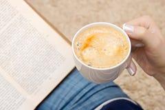 Tasse Kaffee in der Hand Stockfotos