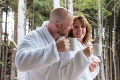 Tasse Kaffee des frühen Morgens Stockfotos