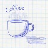 Tasse Kaffee Die Zeichnung der Kinder in einem Schulnotizbuch Lizenzfreies Stockfoto