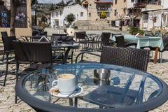 Tasse Kaffee am Dorf von Omodos, Zypern Stockfotografie