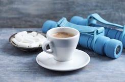 Tasse Kaffee, Dummköpfe und Beta-Alaninkapseln auf blauem hölzernem Hintergrund stockfoto