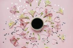 Tasse Kaffee in einer Mitte der Blumenzusammensetzung Frühlingsmagiebild Draufsicht, flache Lage Lizenzfreie Stockbilder