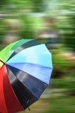 Tasse Kaffee farbiger Regenschirm, mit beweglichem Hintergrund Stockbild