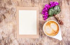 Tasse Kaffee, Frühlingsblumen und leeres Blatt Papier Romantischer Buchstabe und Blumen Lizenzfreie Stockfotografie
