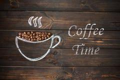 Tasse Kaffee gezeichnet mit Kreide auf dem hölzernen Brett der alten Weinlese Lizenzfreies Stockbild