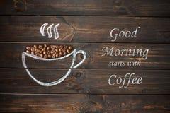 Tasse Kaffee gezeichnet mit Kreide auf dem hölzernen Brett der alten Weinlese Stockbilder