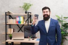Tasse Kaffee hilft möglicherweise wirklich, zum Gesamtglück beizutragen Bärtiger Managergriff-Schalenkaffee Entspannter Spitzenma stockfotos