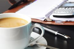 Tasse Kaffee im Büro Stockfotografie