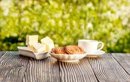 Tasse Kaffee im Freien auf einem Holztisch Lizenzfreie Stockfotos
