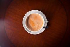 Tasse Kaffee im hölzernen Hintergrund Stockbilder