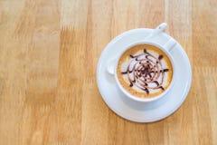 Tasse Kaffee im rightside auf hölzernem Hintergrund lizenzfreies stockfoto