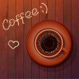 Tasse Kaffee innen auf der hölzernen Tabelle Stockbild