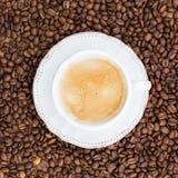 Tasse Kaffee, Kaffeebohnen Beschneidungspfad eingeschlossen Lizenzfreies Stockbild
