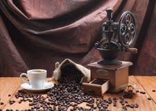 Tasse Kaffee, Kaffeemühle, Kaffeebohnen in einem Sack Stockfoto