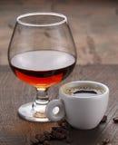 Tasse Kaffee, Kognakglas und Kaffeebohnen Lizenzfreie Stockbilder